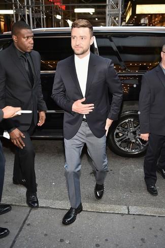 Cómo combinar: blazer negro, camisa de vestir blanca, pantalón de vestir a cuadros gris, zapatos derby de cuero con adornos negros