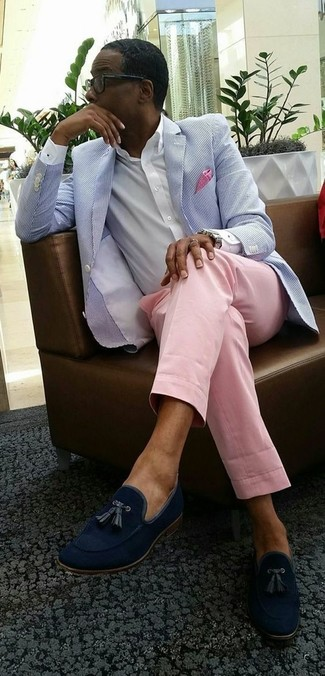 Cómo combinar: blazer de seersucker celeste, camisa de vestir blanca, pantalón de vestir rosado, mocasín con borlas de ante azul marino
