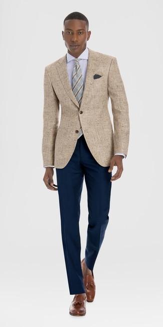 Cómo combinar: blazer de lino marrón claro, camisa de vestir blanca, pantalón de vestir azul marino, mocasín con borlas de cuero marrón