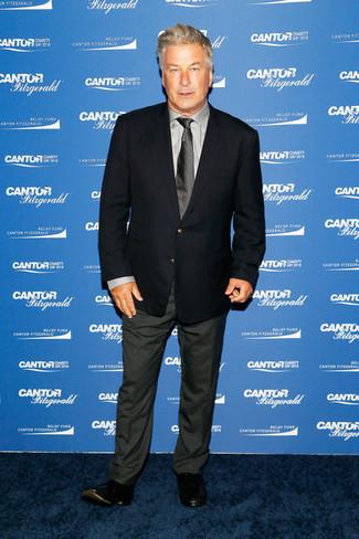 Cómo combinar: blazer azul marino, camisa de vestir gris, pantalón de vestir en gris oscuro, mocasín de cuero negro