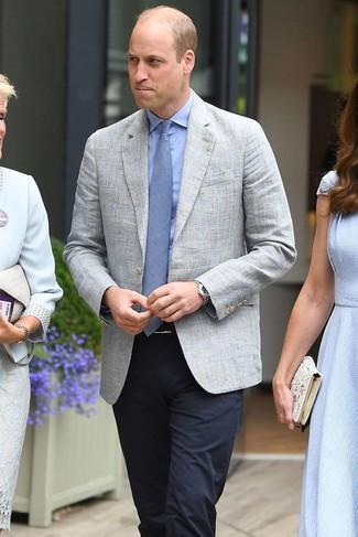 Cómo combinar: blazer de lino gris, camisa de vestir celeste, pantalón de vestir azul marino, corbata celeste