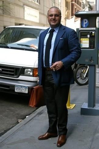 Cómo combinar un portafolio de cuero marrón: Emparejar un blazer azul marino con un portafolio de cuero marrón es una opción perfecta para el fin de semana. Zapatos oxford de cuero marrónes dan un toque chic al instante incluso al look más informal.