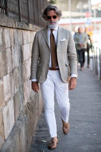 Cómo combinar: blazer de tartán en beige, camisa de vestir blanca, pantalón de vestir blanco, mocasín con borlas de cuero marrón