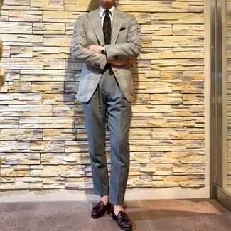 Cómo combinar: blazer de pata de gallo gris, camisa de vestir blanca, pantalón de vestir gris, mocasín con borlas de cuero morado oscuro