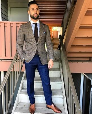 Cómo combinar: blazer de tartán marrón, camisa de vestir de rayas verticales celeste, pantalón de vestir azul marino, zapatos derby de cuero marrónes