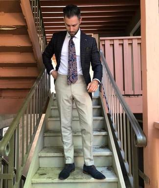 Cómo combinar: blazer a cuadros en gris oscuro, camisa de vestir blanca, pantalón de vestir en beige, zapatos oxford de cuero azul marino