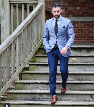 Look de moda: Blazer de tartán celeste, Camisa de vestir celeste, Pantalón de vestir azul marino, Zapatos oxford de cuero marrónes