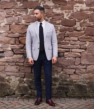 Cómo combinar: blazer gris, camisa de vestir blanca, pantalón de vestir azul marino, mocasín de cuero burdeos
