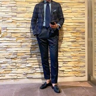 Cómo combinar un pañuelo de bolsillo celeste: Usa un blazer de tartán azul marino y un pañuelo de bolsillo celeste transmitirán una vibra libre y relajada. Dale un toque de elegancia a tu atuendo con un par de mocasín con borlas de cuero negro.