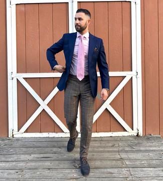 Cómo combinar: blazer azul marino, camisa de vestir rosada, pantalón de vestir de tartán marrón, zapatos oxford de cuero azul marino