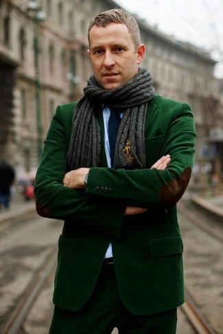 Cómo combinar: blazer de pana verde oscuro, camisa de vestir celeste, pantalón de vestir de pana verde oscuro, corbata azul marino
