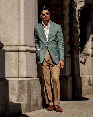 Cómo combinar: blazer en verde azulado, camisa de vestir blanca, pantalón de vestir marrón claro, mocasín de ante en tabaco