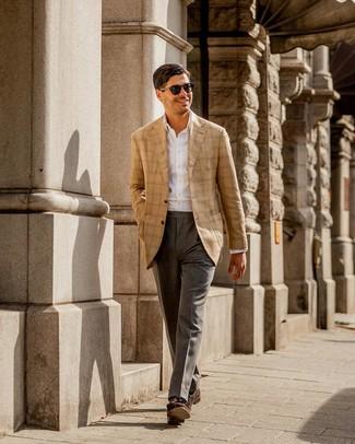 Una camisa de vestir de vestir con un mocasín con borlas en marrón oscuro: Casa una camisa de vestir junto a un pantalón de vestir gris para una apariencia clásica y elegante. Si no quieres vestir totalmente formal, complementa tu atuendo con mocasín con borlas en marrón oscuro.