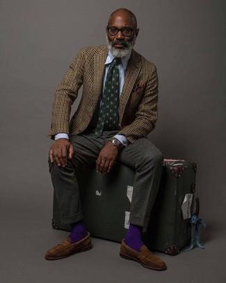 Cómo combinar: blazer de lana de cuadro vichy marrón, camisa de vestir de rayas verticales celeste, pantalón de vestir de lana en gris oscuro, mocasín de ante marrón