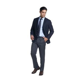 Cómo combinar: blazer azul marino, camisa de vestir celeste, pantalón de vestir en gris oscuro, zapatos derby de cuero en marrón oscuro