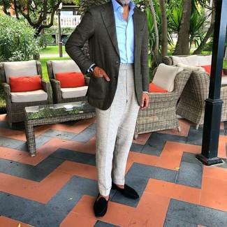 Cómo combinar un mocasín de ante negro: Elige un blazer verde oscuro y un pantalón de vestir gris para una apariencia clásica y elegante. Mocasín de ante negro son una opción inigualable para completar este atuendo.