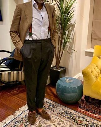 Cómo combinar un blazer de tartán marrón: Elige un blazer de tartán marrón y un pantalón de vestir en gris oscuro para un perfil clásico y refinado. Mocasín con borlas de ante marrón son una opción buena para completar este atuendo.
