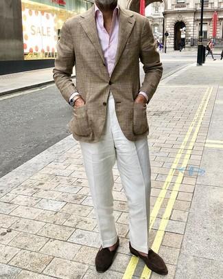 Cómo combinar un blazer de tartán marrón: Considera ponerse un blazer de tartán marrón y un pantalón de vestir de lino blanco para una apariencia clásica y elegante. Mocasín de ante en marrón oscuro son una opción inigualable para complementar tu atuendo.