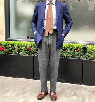 Cómo combinar: blazer azul marino, camisa de vestir de rayas verticales celeste, pantalón de vestir de lana gris, mocasín con borlas de cuero marrón