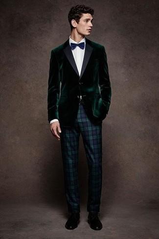 Cómo combinar: blazer de terciopelo verde oscuro, camisa de vestir blanca, pantalón de vestir de tartán en azul marino y verde, zapatos derby de cuero negros