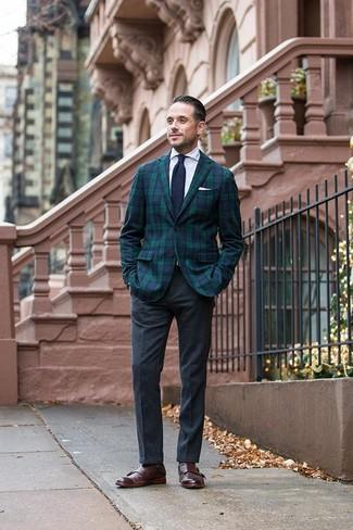 Cómo combinar una corbata de punto en azul marino y blanco: Elige un blazer de tartán en azul marino y verde y una corbata de punto en azul marino y blanco para rebosar clase y sofisticación. Zapatos con doble hebilla de cuero en marrón oscuro son una opción incomparable para complementar tu atuendo.