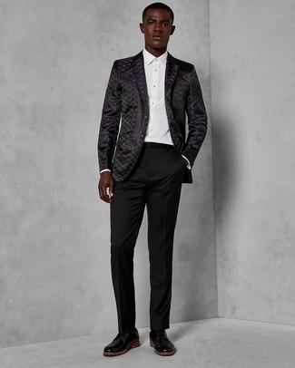 Cómo combinar un blazer de brocado negro: Usa un blazer de brocado negro y un pantalón de vestir negro para rebosar clase y sofisticación. Zapatos derby de cuero negros son una opción incomparable para completar este atuendo.