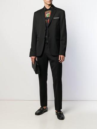 Cómo combinar: blazer negro, camisa de vestir estampada negra, pantalón de vestir negro, mocasín de cuero negro