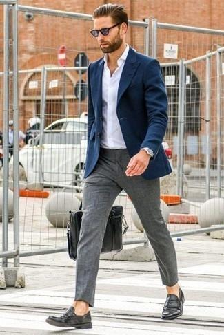 Cómo combinar un portafolio de cuero negro: Un blazer azul marino y un portafolio de cuero negro son una opción atractiva para el fin de semana. ¿Te sientes valiente? Completa tu atuendo con mocasín de cuero negro.