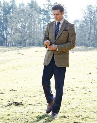 Cómo combinar unos zapatos brogue de cuero marrónes: Emparejar un blazer a cuadros verde oliva con un pantalón de vestir azul marino es una opción inmejorable para una apariencia clásica y refinada. Zapatos brogue de cuero marrónes son una opción grandiosa para complementar tu atuendo.