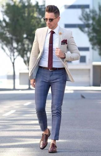 Look de moda: Blazer en beige, Camisa de vestir a cuadros blanca, Pantalón de vestir a cuadros azul, Zapatos con doble hebilla de cuero marrónes