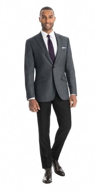 Cómo combinar un pañuelo de bolsillo blanco: Intenta combinar un blazer a cuadros en gris oscuro junto a un pañuelo de bolsillo blanco transmitirán una vibra libre y relajada. ¿Te sientes ingenioso? Dale el toque final a tu atuendo con zapatos oxford de cuero en marrón oscuro.
