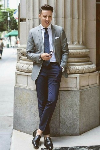 Cómo combinar una corbata azul marino: Intenta ponerse un blazer gris y una corbata azul marino para una apariencia clásica y elegante. Mocasín con borlas de cuero negro son una opción inmejorable para completar este atuendo.
