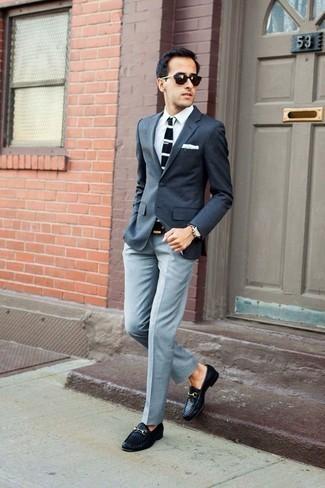 Cómo combinar una camisa de vestir blanca: Emparejar una camisa de vestir blanca junto a un pantalón de vestir gris es una opción grandiosa para una apariencia clásica y refinada. Mocasín de cuero tejido negro añaden un toque de personalidad al look.