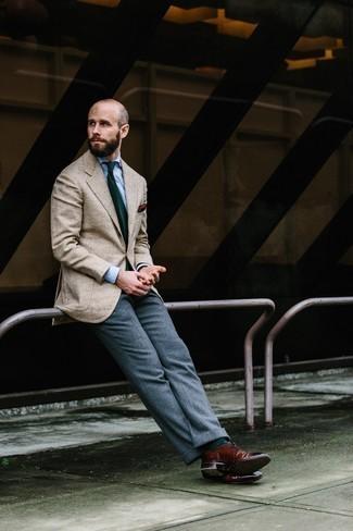 Cómo combinar una corbata estampada verde oscuro: Emparejar un blazer de espiguilla en beige con una corbata estampada verde oscuro es una opción atractiva para una apariencia clásica y refinada. Zapatos brogue de cuero burdeos son una opción inigualable para complementar tu atuendo.