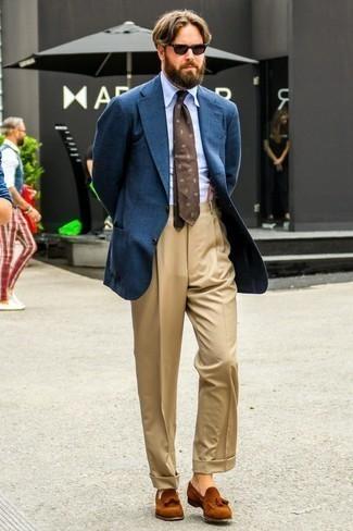 Cómo combinar una corbata estampada en marrón oscuro: Utiliza un blazer de lana azul marino y una corbata estampada en marrón oscuro para rebosar clase y sofisticación. Mocasín con borlas de ante en tabaco son una opción estupenda para completar este atuendo.
