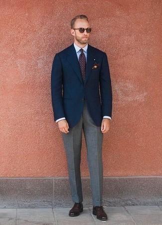 Cómo combinar una corbata a lunares burdeos: Usa un blazer azul marino y una corbata a lunares burdeos para un perfil clásico y refinado. Zapatos oxford de cuero burdeos son una opción estupenda para completar este atuendo.
