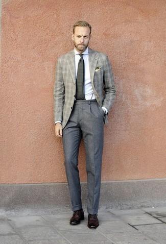 Cómo combinar un blazer de lana de tartán gris: Emparejar un blazer de lana de tartán gris junto a un pantalón de vestir de lana gris es una opción inigualable para una apariencia clásica y refinada. Zapatos brogue de cuero burdeos son una opción práctica para complementar tu atuendo.