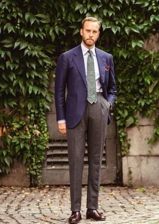 Cómo combinar un pantalón de vestir de lana marrón: Emparejar un blazer azul marino con un pantalón de vestir de lana marrón es una opción atractiva para una apariencia clásica y refinada. Completa el look con mocasín con borlas de cuero burdeos.