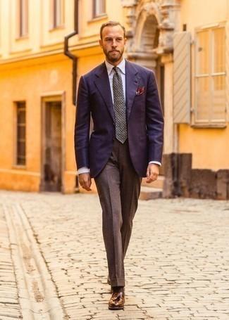 Cómo combinar un pantalón de vestir de lana marrón: Emparejar un blazer azul marino junto a un pantalón de vestir de lana marrón es una opción buena para una apariencia clásica y refinada. Mocasín con borlas de cuero marrón son una opción grandiosa para completar este atuendo.