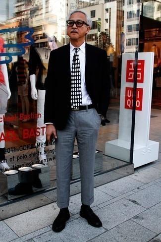 Cómo combinar unos zapatos derby de ante negros: Equípate un blazer negro con un pantalón de vestir gris para una apariencia clásica y elegante. Zapatos derby de ante negros son una opción inmejorable para complementar tu atuendo.