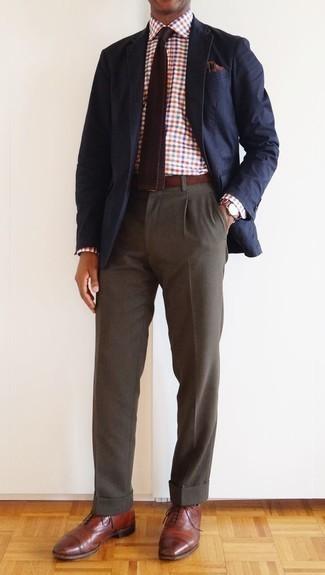 Cómo combinar un pantalón de vestir marrón: Utiliza un blazer azul marino y un pantalón de vestir marrón para rebosar clase y sofisticación. Zapatos oxford de cuero marrónes son una opción atractiva para complementar tu atuendo.