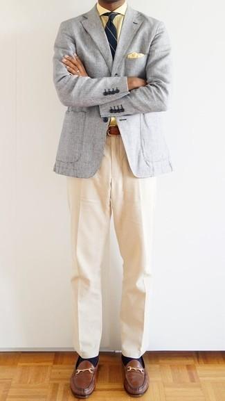 Cómo combinar un pañuelo de bolsillo amarillo: Casa un blazer gris con un pañuelo de bolsillo amarillo transmitirán una vibra libre y relajada. Opta por un par de mocasín de cuero marrón para mostrar tu inteligencia sartorial.