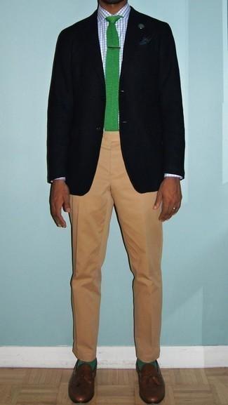 Cómo combinar unos calcetines verdes: Para un atuendo tan cómodo como tu sillón considera ponerse un blazer negro y unos calcetines verdes. ¿Te sientes valiente? Completa tu atuendo con mocasín con borlas de cuero marrón.