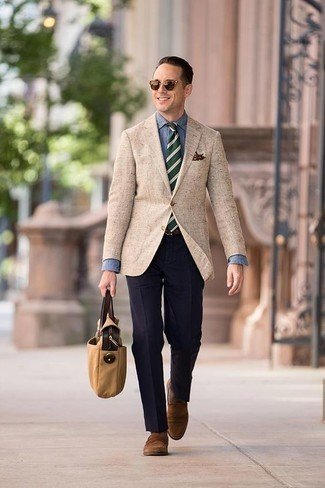 Cómo combinar una corbata de rayas horizontales verde oscuro: Usa un blazer marrón claro y una corbata de rayas horizontales verde oscuro para una apariencia clásica y elegante. Mocasín de ante marrón son una opción atractiva para completar este atuendo.