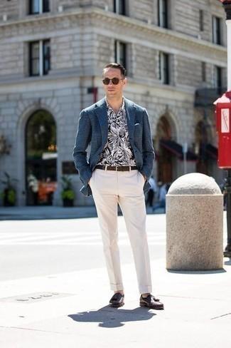 Cómo combinar un mocasín con borlas de cuero marrón: Equípate un blazer de pata de gallo azul marino junto a un pantalón de vestir blanco para rebosar clase y sofisticación. Mocasín con borlas de cuero marrón son una opción estupenda para complementar tu atuendo.