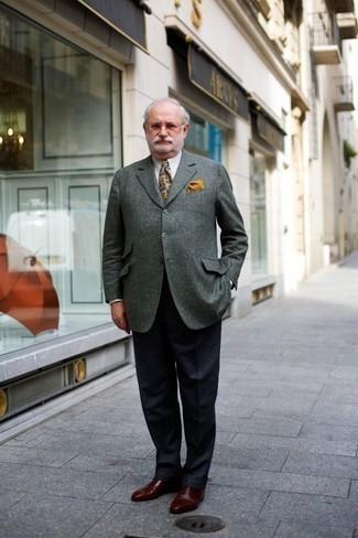 Cómo combinar un pañuelo de bolsillo amarillo: Haz de un blazer gris y un pañuelo de bolsillo amarillo tu atuendo para un look agradable de fin de semana. ¿Te sientes valiente? Opta por un par de zapatos oxford de cuero marrónes.