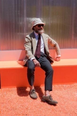 Cómo combinar una corbata burdeos: Intenta combinar un blazer marrón claro junto a una corbata burdeos para rebosar clase y sofisticación. Zapatos brogue de ante marrónes darán un toque desenfadado al conjunto.