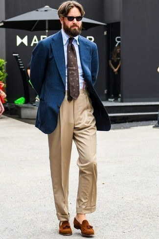 Cómo combinar un mocasín con borlas de ante en tabaco: Opta por un blazer azul y un pantalón de vestir marrón claro para una apariencia clásica y elegante. Mocasín con borlas de ante en tabaco son una opción grandiosa para complementar tu atuendo.