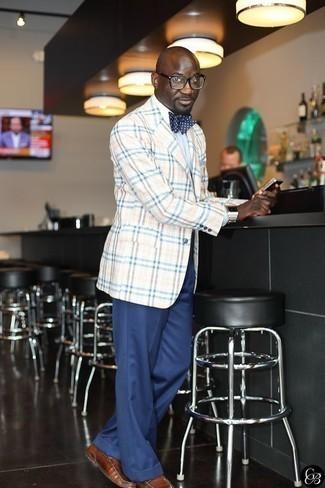 Cómo combinar un mocasín de cuero marrón: Luce lo mejor que puedas en un blazer de tartán en beige y un pantalón de vestir azul marino. Mocasín de cuero marrón son una opción estupenda para complementar tu atuendo.