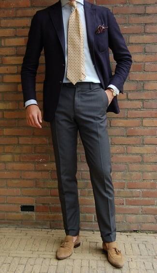 Cómo combinar un pañuelo de bolsillo estampado burdeos: Usa un blazer azul marino y un pañuelo de bolsillo estampado burdeos para un look agradable de fin de semana. Con el calzado, sé más clásico y usa un par de mocasín con borlas de ante marrón claro.